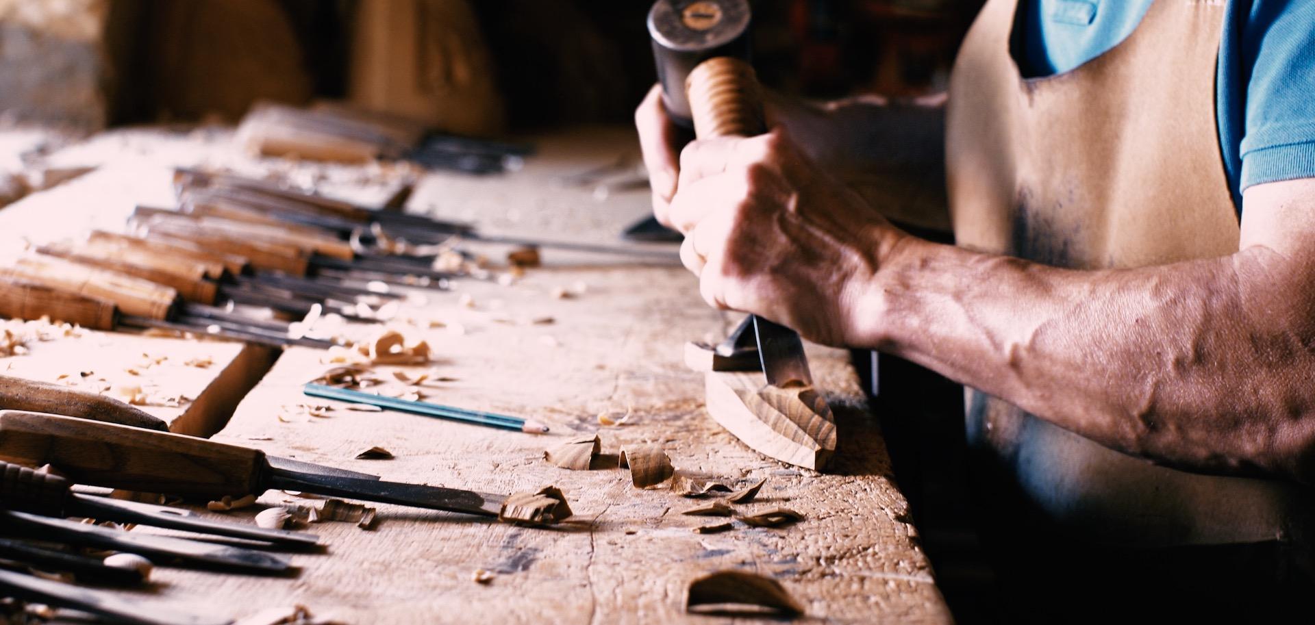 Bruno Minguet, artisan sculpteur d'Anagyres - Toupie-Shop-Anagyre